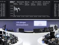 Les principales Bourses européennes sont orientées à la hausse vendredi à la mi-séance, soutenues par les cimentiers Lafarge et Holcim, dont les titres grimpent suite à l'annonce d'un accord sur leur projet de fusion.   Vers 12h20, le CAC 40 parisien gagne 0,16% et le Dax à Francfort 0,94%. /Photo prise le 20 mars 2015/REUTERS/Stringer