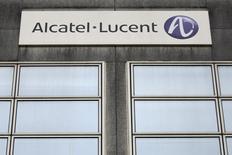 Alcatel-Lucent, qui abandonne 1,4%, accuse la plus forte baisse du CAC 40 sur des prises de bénéfice, le titre ayant grimpé de plus de 37% entre son plus bas du 15 janvier et son plus haut du 13 mars. L'indice vedette de la Bourse de Paris avançait lui de 0,45% à 13h15. /Photo d'archives/REUTERS/Stéphane Mahé