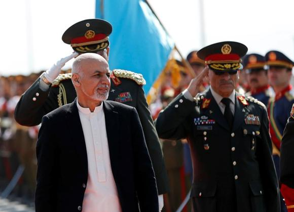 Afghanistan's President Ashraf Ghani (L) inspects the honour guard, during a graduation ceremony at the National Military Academy in Kabul, March 18, 2015.  REUTERS/Omar Sobhani