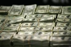 Пачки 100-долларовых купюр. Мехико, 22 ноября 2011 года. Крупнейшие нефтяные компании мира привлекли рекордный объем заемных средств - $31 миллиард - в январе-феврале 2015 года, пользуясь крайне низкими процентными ставками для получения средств на дивиденды, поддержание баланса и приобретения, показало исследование Morgan Stanley. REUTERS/Bernardo Montoya