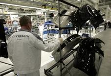 Рабочий на заводе Volkswagen в Калуге. 20 октября 2009 года. Российский завод немецкого автоконцерна Volkswagen в Калуге перейдет на сокращенный режим работы и снизит численность сотрудников, чтобы адаптироваться к плохому рынку, сообщила компания в понедельник. REUTERS/Alexander Natruskin