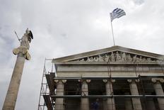 """A Athènes. Le Premier ministre grec Alexis Tsipras a écrit la semaine dernière à la chancelière allemande Angela Merkel -qui le reçoit ce lundi après-midi à Berlin- pour l'avertir qu'il serait """"impossible"""" pour son pays d'assurer le service de sa dette dans les prochaines semaines sans aide financière supplémentaire. /Photo prise le 23 mars 2015/REUTERS/Alkis Konstantinidis"""