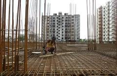 Рабочий на месте строительства жилого дома в Калькутте. 29 августа 2014 года. Развивающиеся страны Азии, как ожидается, покажут стабильный рост в этом и следующем годах, но вероятное повышение ключевой ставки в США в этом году требует от регуляторов действий, направленных на борьбу с изменением направления капитала, заявил Азиатский банк развития (АБР). REUTERS/Rupak De Chowdhuri