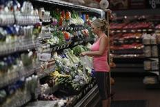 En la imagen, una cliente compra en un supermercado Walmart en Rogers, Arkansas. 6 de junio, 2013. Los precios al consumidor de Estados Unidos repuntaron en febrero ya que los costos de la gasolina ascendieron por primera vez desde junio, mostró el martes un reporte del Departamento de Trabajo. REUTERS/Rick Wilking