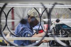 La croissance de l'activité manufacturière aux Etats-Unis a atteint en mars son plus haut niveau depuis octobre dernier, selon une première estimation de l'indice PMI Markit. /Photo d'archives/REUTERS/Randall Hill