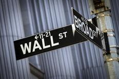 Уличные указатели недалеко от здания фондовой биржи в Нью-Йорке. 24 марта 2015 года. Фондовые рынки США снизились во вторник, так как трейдеры обеспокоены влиянием высокого курса доллара на финансовые показатели компаний. REUTERS/Brendan McDermid