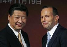 """Председатель КНР Си Цзиньпин и премьер-министр Австралии Тони Эбботт на политическом форуме в Сиднее. 19 ноября 2014 года. Австралия """"абсолютно"""" готова присоединиться к Азиатскому инфраструктурному инвестиционному банку (AIIB), возглавляемому Китаем, сказал в среду премьер-министр Тони Эбботт, но, прежде чем принять официальное решение, хочет знать, сколько власти будет иметь Пекин в этой организации. REUTERS/Jason Reed"""