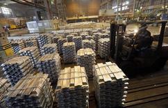 Цех Красноярского алюминиевого завода Русала. 8 июля 2014 года. Один из крупнейших в мире производителей алюминия Русал планирует остановить дополнительные мощности на фоне ожиданий рынка, сказал в среду замгендиректора компании. REUTERS/Ilya Naymushin
