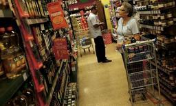 En la imagen, una clienta observa los precios en un supermercado en Sao Paulo. 10 de enero, 2014. La confianza del consumidor brasileño cayó en marzo por tercer mes consecutivo y a un mínimo histórico debido a que el aumento del desempleo, tasas de interés más altas y una aceleración de los precios mermaron los presupuestos de las familias, mostró un sondeo privado publicado el miércoles. REUTERS/Nacho Doce