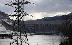 Вид на Саяно-Шушенскую ГЭС. 18 марта 2015 года. Крупнейшая в РФ гидрогенерирующая госкомпания Русгидро снизила скорректированную чистую прибыль на 24,5 процента в прошлом году, что оказалось выше прогноза. REUTERS/Ilya Naymushin