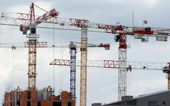 Chantier résidentiel à Bordeaux. La Fédération française du bâtiment (FFB) estime que les premiers signes d'amélioration se profilent pour le secteur, même si 30.000 emplois devraient encore être perdus cette année. La FFB prévoit en 2015 un recul d'activité de 1,5%. /Photo prise le 18 mars 2015/REUTERS/Régis Duvignau