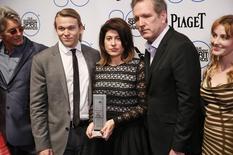 """Produtora JoAnne Sellar (centro) segura o prêmio Robert Altman ao lado dos membros do elenco do filme """"Vício Inerente"""" em Santa Monica. 21/02/2015 REUTERS/Danny Moloshok"""
