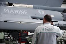 Airbus Group a cédé un bloc de quelque 1,61 million d'actions qu'il détient dans Dassault Aviation, représentant environ 17,5% du capital du fabricant de l'avion Rafale, pour un montant de 1,64 milliard d'euros. /Photo d'archives/REUTERS/Benoît Tessier