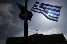 Grecia confía en lograr un acuerdo sobre reformas económicas con sus socios de la eurozona la semana próxima, lo que desbloquearía los fondos que necesita con urgencia, dijo el jueves su ministro de Economía.   En la imagen, una bandera griega en el Parlamento de Atenas el 24 de marzo de 2015. REUTERS/Alkis Konstantinidis