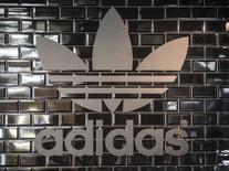 Логотип Adidas в pop-up магазине в Берлине. 2 декабря 2014 года. Немецкая компания Adidas обнародовала в четверг планы кардинально изменить процесс производства с целью ускорить его и добиться большей кастомизации товаров, что в результате ускорит рост продаж и прибыли в следующие пять лет. REUTERS/Hannibal Hanschke