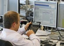 Трейдеры в торговом зале инвестбанка Ренессанс Капитал в Москве 9 августа 2011 года. Достижение локальных максимумов нефтяными ценами и рублем вызвало в четверг обратный эффект на российском рынке акций: индекс ММВБ опустился ниже уровня поддержки в 1.600 пунктов, РТС развернулся в минус на ощущении неоправданности столь высоких уровней ключевых ориентиров. REUTERS/Denis Sinyakov