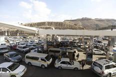 Vehículos en fila para cargar combustible en una gasolinera de Saná, jun 12 2014. El conflicto en Yemen corre el riesgo de extenderse a las transitadas rutas marítimas que atraviesan el país y potencialmente interrumpir el paso por el estratégico estrecho Bab el-Mandeb, a través del cual se envían diariamente a Europa Estados Unidos y Asia casi 4 millones de barriles de petróleo. REUTERS/Mohamed al-Sayaghi