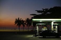 A worker prepares to fill a car at a gas station close to Copacabana beach in Rio de Janeiro, January 12, 2015.   REUTERS/Ricardo Moraes