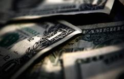 Банкноты доллара США. Торонто, 26 марта 2008 года. Курс доллара удерживает позиции к иене и корзине основных валют, но готовится завершить в минусе вторую неделю подряд за счет сделанных на прошлой неделе комментариев ФРС. REUTERS/Mark Blinch