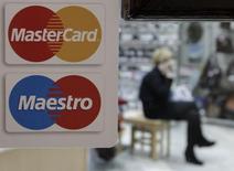 Логотип MasterCard на двери магазина в Ставрополе. 13 января 2015 года. Международная платежная система Mastercard завершит перевод операций в России на процессинг Национальной системы платежных карт (НСПК) к 1 апреля 2015 года, что избавит ее от необходимости выплаты внушительного обеспечительного взноса, следует из сообщения компании. REUTERS/Eduard Korniyenko