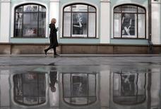 Женщина идет по улице в Москве. 20 марта 2015 года. Наступающие выходные в Москве будут облачными и прохладными, свидетельствует усреднённый прогноз, составленный на основании данных Гидрометцентра России, сайтов intellicast.com и gismeteo.ru. REUTERS/Maxim Zmeyev