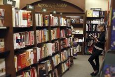 Una persona lee un libro en un pasillo de una librería Barnes & Noble en Pasadena, EEUU, nov 26 2013. La confianza del consumidor estadounidense bajó en marzo comparado con el mes anterior, mostró un sondeo divulgado el viernes, aunque la lectura fue mejor a la esperada.     REUTERS/Mario Anzuoni
