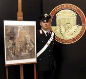 """La police italienne a retrouvé une oeuvre de Picasso chez un fabricant de cadres qui affirme l'avoir reçue en cadeau il y a une quarantaine d'années. """"Violon et bouteille de Bass"""", représentation cubiste d'un violon et d'une bouteille de bière, a été peint en 1912 et sa valeur sur le marché de l'art est estimée à 15 millions d'euros. /Photo prise le 27 mars 2015/REUTERS/Service de presse de la police italienne"""