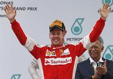 Piloto alem~ao Sebastian Vettel, da Ferrari, comemora vitória no Grande Prêmio da Malásia. 29/03/2015 REUTERS/Olivia Harris