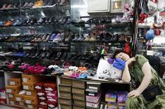 Магазин обуви в Пекине. 3 сентября 2013 года. Исследования производственного сектора и сектора услуг Китая показали, что вторая мировая экономика по-прежнему была ослаблена в марте, укрепив мнение о том, что Пекину придется принимать новые меры поддержки роста. REUTERS/Kim Kyung-Hoon