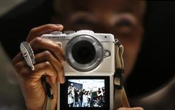 Sony a cédé la moitié de sa participation dans le fabricant d'appareils photo et d'endoscopes Olympus, le géant électronique japonais voulant lever des fonds dans le cadre d'une restructuration qui le voit privilégier des segments en croissance et se retirer d'activités non rentables. /Photo d'archives/REUTERS/Ina Fassbender