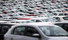 Carros novos estacionados em pátio da Volkswagen em fábrica de Taubaté. 30/03/2015 REUTERS/Roosevelt Cassio