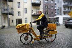 Les employés de la poste allemande, Deutsche Post, appellent à une deuxième journée de grève jeudi pour protester contre un projet de recours à du personnel moins bien payé pour développer l'activité de livraison de colis. /Photo d'archives/REUTERS/Fabrizio Bensch