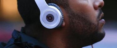 La Commission européenne examine les rapports qu'Apple entretient avec les maisons de disques et les sociétés de musique numérique pour vérifier que le groupe américain ne cherche pas à limiter illégalement les services gratuits d'écoute musicale financés par la publicité, rapporte le Financial Times. /Photo prise le 29 mai 2014/REUTERS/Eduardo Munoz