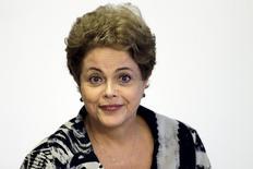 En la imagen, la presidente Dilma Rousseff durante una ceremonia en Brasilia. 24/03/2015 . El Gobierno brasileño restablecerá un impuesto sobre los ingresos financieros de algunas compañías, de acuerdo con un decreto publicado en el boletín oficial el jueves, parte de la iniciativa de la presidenta Dilma Rousseff para cubrir el déficit fiscal y recuperar la confianza de los inversores. REUTERS/Ueslei Marcelino