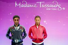 Pharrell Williams posando com sua estátua de cera no Madame Tussaud's, em Nova York.  01/04/2015   REUTERS/Eduardo Munoz