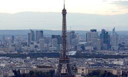 """Standard & Poor's a annoncé jeudi prévoir une accélération de la croissance économique à 1,1% cette année en France puis 1,5% en 2016 et une stabilisation du taux de chômage à 10,2% cette année avant un recul à 10,0% en 2016. """"La France bénéficie de l'amélioration générale, mais avec retard"""", souligne l'agence de notation. /Photo d'archives/REUTERS/Jacky Naegelen"""