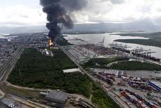 Vista aérea da coluna de fumaça em incêndio em tanques de combustíveis da Ultracargo em Santos 2/04/2015.  REUTERS/Paulo Whitaker