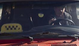 Таксист в Адлерском районе Сочи 29 декабря 2013 года. Деловая активность российского сектора услуг в марте 2015 года замедлила темпы падения за счет некоторого оживления в потребительских секторах, таких как гостиницы и рестораны, свидетельствуют результаты исследования, проведенного компанией Markit по заказу HSBC. REUTERS/Maxim Shemetov