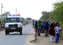 """""""Скорая"""" едет к колледжу в Гариссе 2 апреля 2015 года. Боевики сомалийской исламистской группировки """"Аш-Шабаб"""" напали в четверг на кенийский университет, убив и ранив десятки человек. REUTERS/Noor Khamis"""