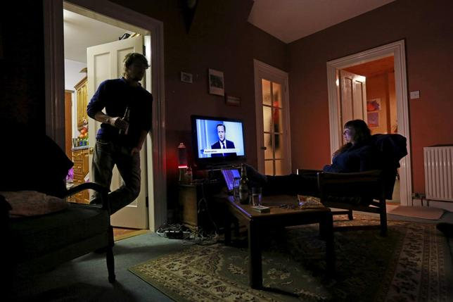 People watch the leaders debate on tv in a house in the seaside town of Portstewart ahead of the United Kingdom General elections, April 2, 2015.  REUTERS/Cathal McNaughton