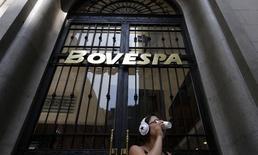 Una mujer frente al logo del Bovespa en la bolsa de Sao Paulo. Imagen de archivo, 18 febrero, 2011. El principal índice de acciones de Brasil cerró el lunes en su máximo nivel desde fines de noviembre, superando los 54.000 puntos en el mejor momento de la sesión, en medio de apuestas por un retraso en las alzas de tasas de interés de Estados Unidos luego de las cifras de su mercado laboral.  REUTERS/Nacho Doce