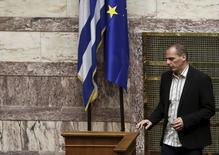 """En la imagen, Yanis Varoufakis, durante una sesión parlamentaria en Atenas. 2 de abril, 2015. El Fondo Monetario Internacional está dispuesto a ser """"flexible"""" con el paquete de reformas que propuso Grecia a sus acreedores antes de que se desembolsen nuevos fondos del rescate, dijo el martes el Ministerio de Finanzas griego. REUTERS/Alkis Konstantinidis"""