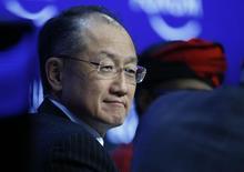 Jim Yong Kim, jefe del BM, asiste a un evento económico realizado en Davos . Imagen de archivo, 24 enero, 2015.  El Banco Mundial (BM) planea trabajar con el Banco Asiático de Inversiones en Infraestructura, que cuenta con el respaldo de China, para combatir la pobreza y financiar proyectos, dijo el martes Jim Yong Kim, jefe del BM. REUTERS/Ruben Sprich