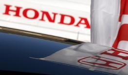Логотип Honda Motor на крыше автомобиля в дилерском центре в Кавасаки. 18 сентября 2011 года. Стремительно падающий российский авторынок почти не оставил места для нескольких некогда популярных автомобильных брендов, продажи которых сократились в марте до нескольких сотен штук. REUTERS/Yuriko Nakao