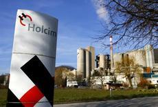 Le suisse Holcim a soutenu la proposition de nommer Eric Olsen, actuel directeur général adjoint des opérations du français Lafarge, comme premier directeur général du futur LafargeHolcim issu de la fusion des deux cimentiers, a indiqué à Reuters une source proche du dossier. /Photo d'archives/REUTERS/Denis Balibouse