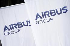 Soutenu par la baisse de l'euro contre le dollar, Airbus Group gagne 1,87% vers 13h50, quand le CAC avance de 1,09%. /Photo d'archives/REUTERS/Benoît Tessier