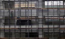 Trabalhadores em prédio em Curitiba.  19/06/2015   REUTERS/Amr Abdallah Dalsh