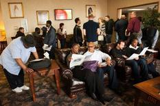 En la imagen, personas que buscan empleo asisten a una feria laboral en Williston, Dakota del Norte. 11 de marzo, 2015. El total de estadounidenses que pidieron por primera vez el seguro de desempleo aumentó menos de lo esperado la semana pasada, dijo el jueves el Departamento de Trabajo.  REUTERS/Andrew Cullen