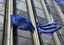 En la imagen,  una bandera griega y una de la UE ondean fuera del ministerio del Exterior en Atenas. 12 de marzo, 2015. Los socios de la zona euro fijaron a Grecia un plazo de seis días hábiles para que mejore una propuesta de reformas económicas a tiempo para que los ministros de finanzas consideren algún financiamiento de emergencia que mantenga al país a flote tras hacer un pago al FMI el jueves. REUTERS/Yannis Behrakis