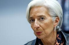 """Une croissance économique médiocre pourrait devenir la """"nouvelle réalité"""" avec à la clé des chômeurs par millions et une multiplication des risques d'instabilité financière, estime la directrice générale du Fonds monétaire international (FMI) Christine Lagarde. /Photo prise le 11 février 2015/REUTERS/François Lenoir"""